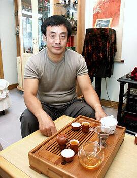 Tea_set_and_host